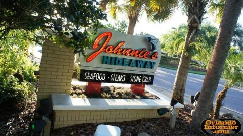 Johnnie's Hideaway Restaurant: Entryway sign.