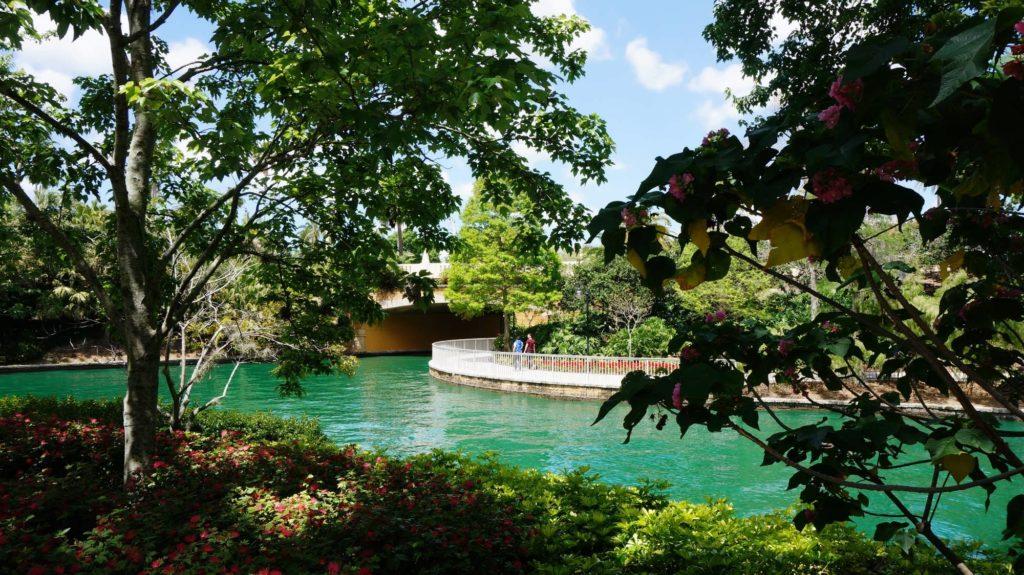 universal-orlando-garden-walkway-oi