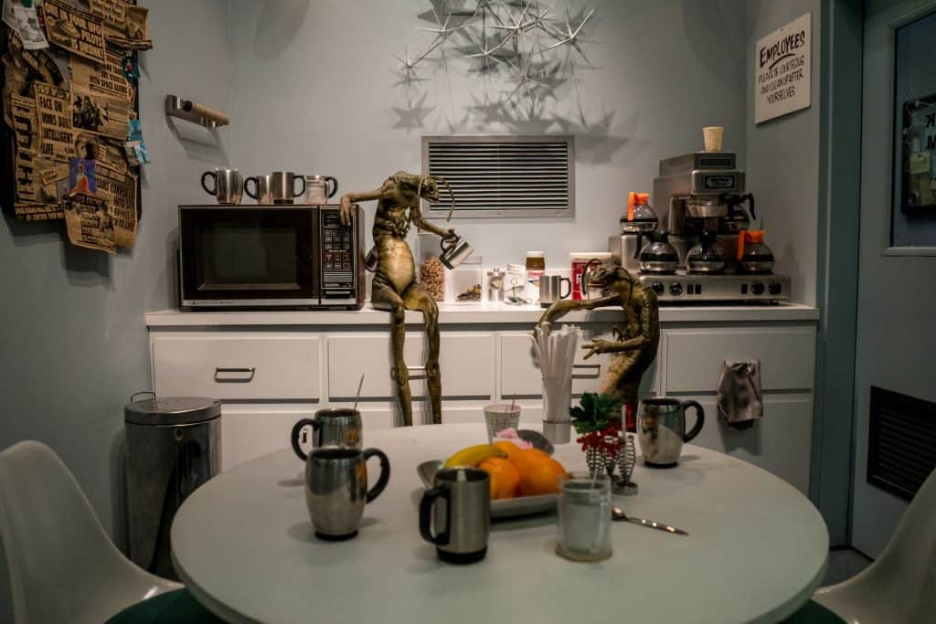 Aliens sit in break room at Men in Black: Alien Attack in Universal Studios Florida