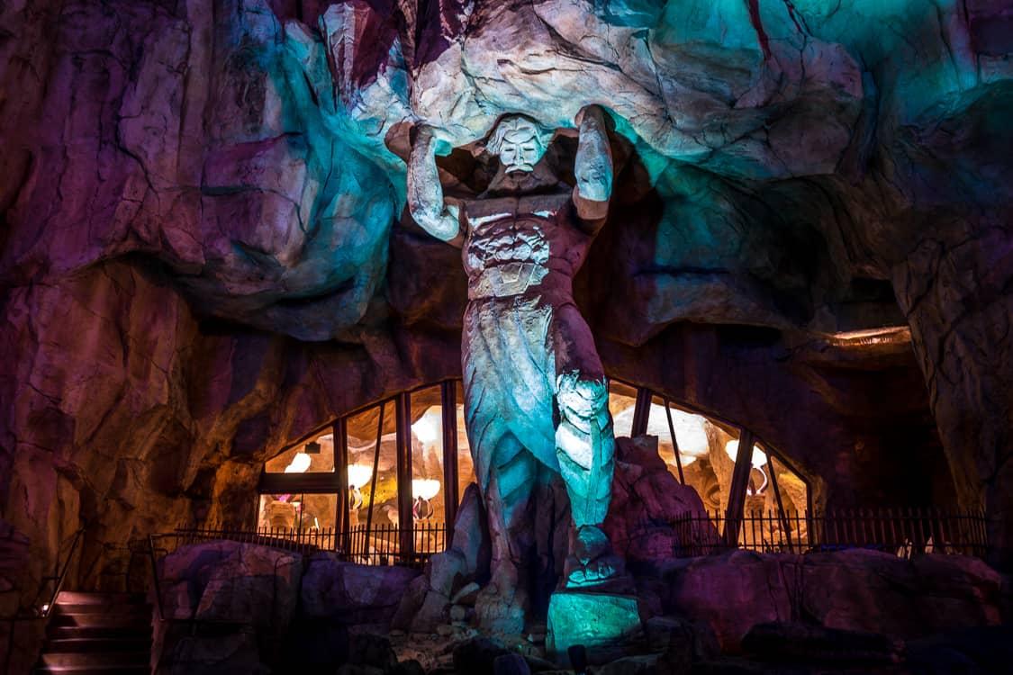 The detailed decor of Mythos