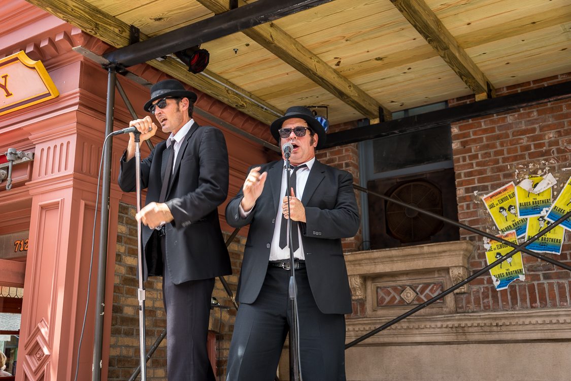 Jake and Elwood sing the blues