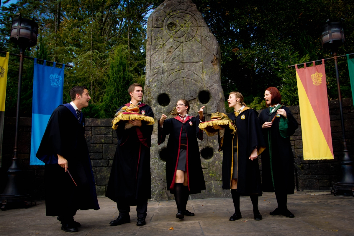 Students from Hogwarts sing with their frogs